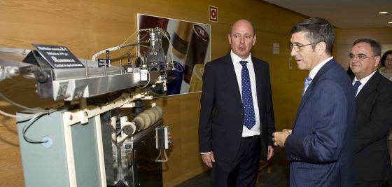 El 'lehendakari', durante su visita a la empresa Ramondin, líder mundial en producción de capsulas para botellas.
