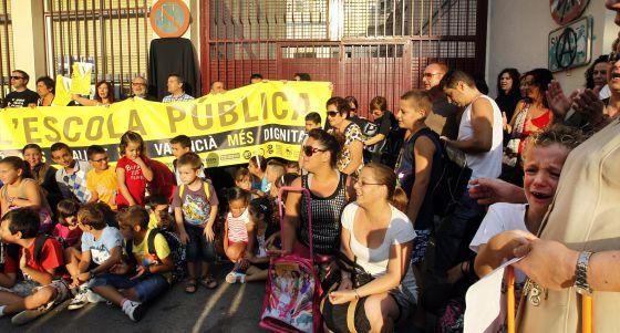 Alumnos y padres del colegio Malva-rosa protestan por los recortes.