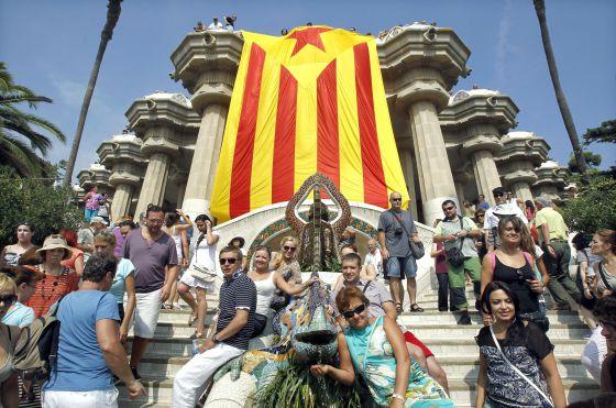 Bandera independentista gigante desplegada por las Juventudes de Esquerra en el parque Güell.