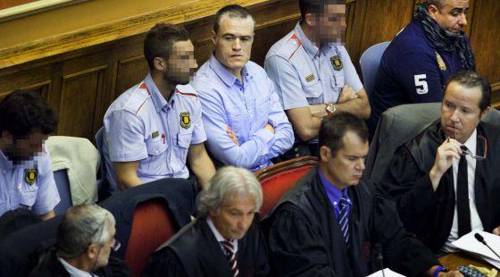 Ricardo Moreno, entre dos agentes de los Mossos, ayer en el banquillo de los acusados de la Audiencia de Barcelona.