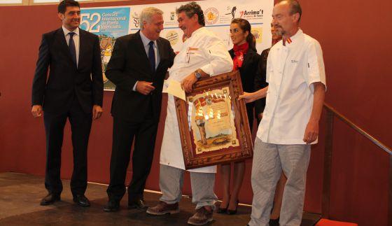 Entrega del primer premio al cocinero Manuel Sánchez.
