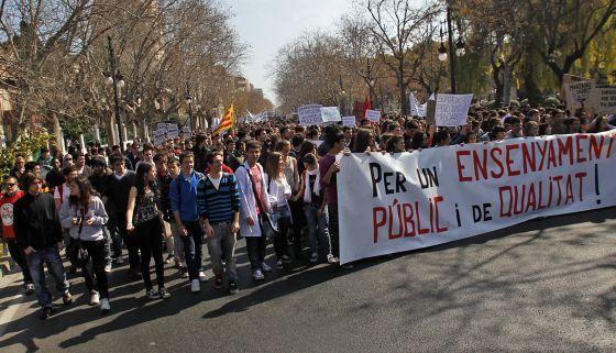 Protestas de estudiantes de institutos valencianos contra los recortes anunciados por el ministro Wert, en mayo pasado.