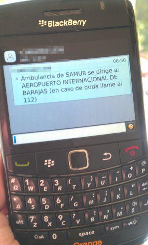 Vicente Moreno sostiene su móvil, en el que han quedado registrados los mensajes y llamadas que intercambió con Emergencias Madrid y el 112.