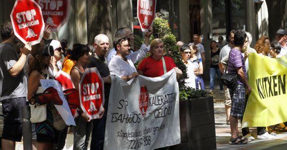 Miembros de la plataforma Stop Desahucios se manifiestan en el centro de Bilbao