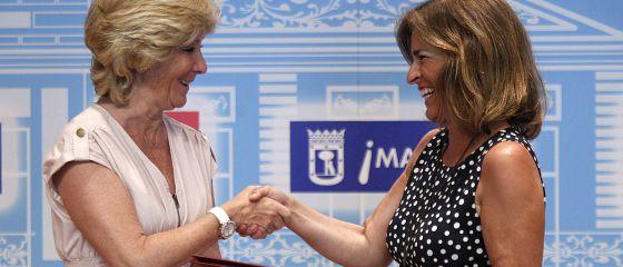 Esperanza Aguirre y Ana Botella, durante la firma del protocolo para eliminar duplicidades el pasado junio..