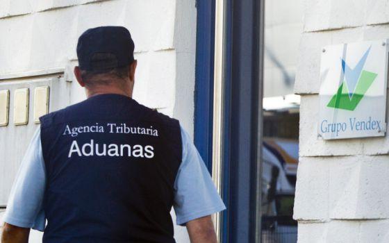 Un agente del Servicio de Aduanas entra en la sede del Grupo Vendex en Santiago.