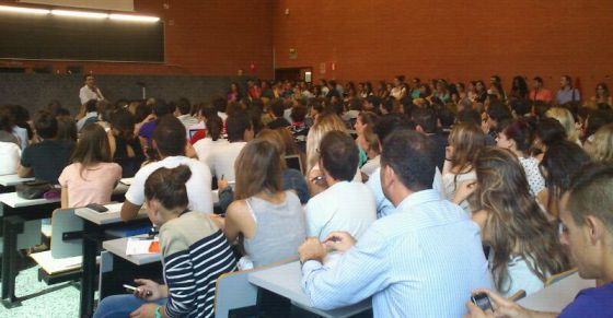 Estudiantes en el aula - 1 part 7