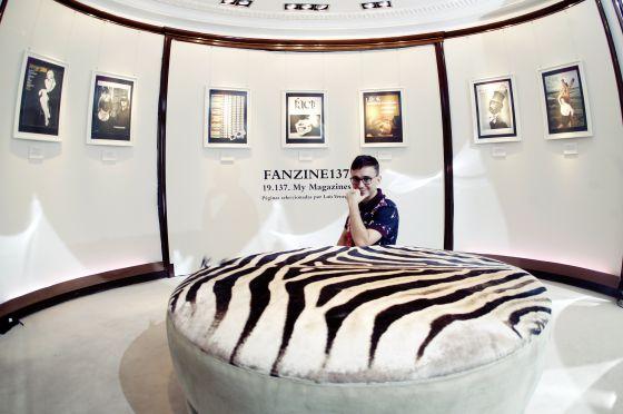 El editor Luis Venegas en la exposición en Loewe, dedicada a revistas míticas ya desaparecidas.