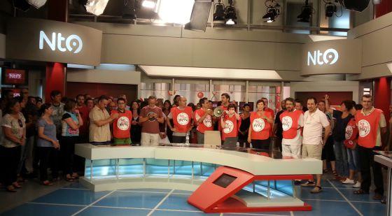 Protesta de trabajadores contra el ERE en RTVV, el pasado 16 de julio en el plató de Canal 9.