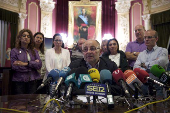 Paco Rodríguez, rodeado de un grupo de concejales, ayer en el salón de plenos del Ayuntamiento de Ourense.