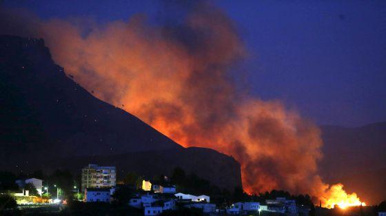 Las llamas se acercan al caso urbano de Chulilla.