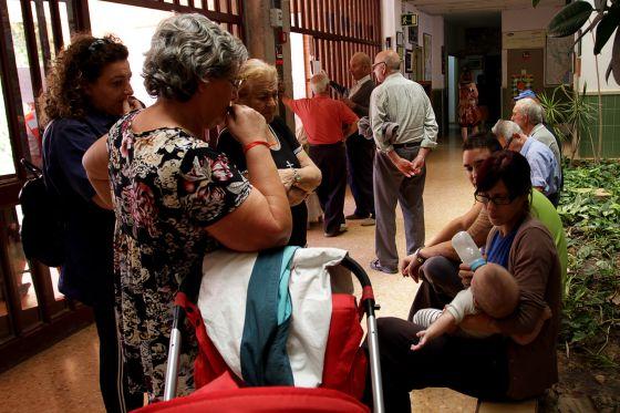 Amparo Esteve le da el biberón a su bebé en el instituto de Villar del Arzobispo.