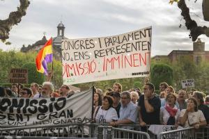 Centenares de personas han protestado a la puerta del Parlament durante el debate de política general.