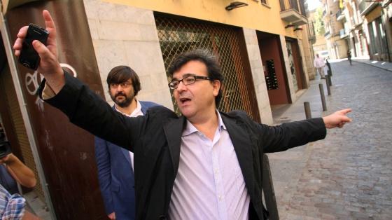 El escritor Javier Cercas durante su paseo por Girona, en la calle de la Barca