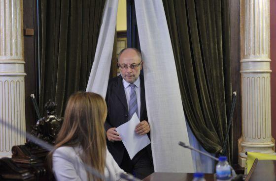 El alcalde de Ourense, Francisco Rodríguez, ayer en el salón de plenos del Ayuntamiento.