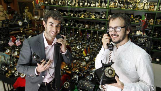 Daniel Muriel y David Serrano, actor y director, en el Museo del Teléfono Antiguo.
