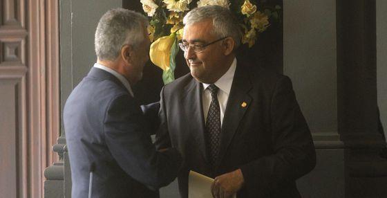 El rector de la Universidad de Sevilla saluda al presidente de la Junta.
