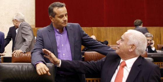 Luciano Alonso, a la derecha, conversa con el portavoz de IU José Antonio Castro, ayer en el Parlamento.