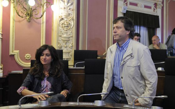 Fernando Varela en el pleno del Ayuntamiento con una compañera de su partido