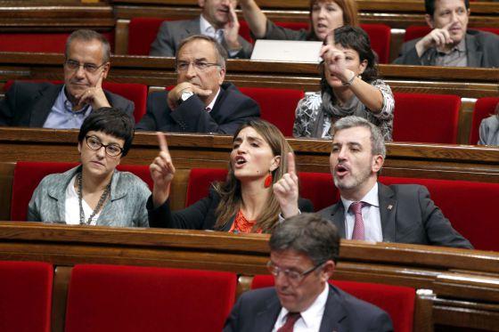 Diputados socialistas protestando durante una de las votaciones en el Parlament.