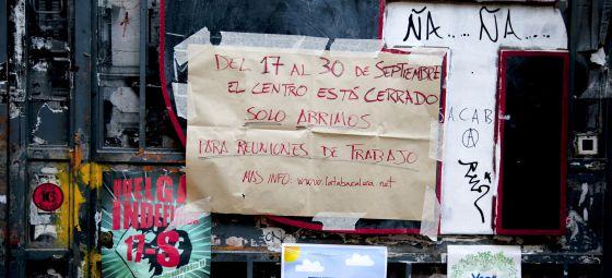 Cartel que anuncia que La Tabacalera está cerrada hasta final de mes.