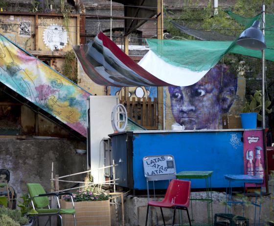 Muebles y grafitis en el patio.