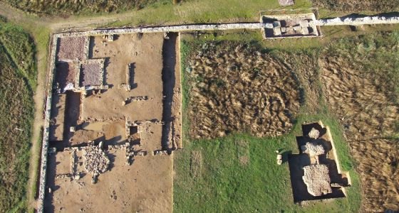 Planta de los colegios de la juventud, a la izquierda. Abajo, restos del templo de Marte.