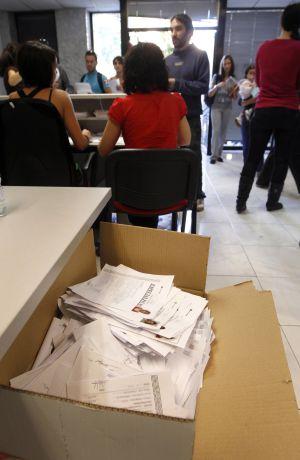 Los currículos de los aspirantes, amontonados en cajas.