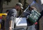 La Policía expulsa a los okupas para limpiar los Baños del Carmen