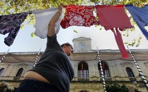Ropa de las vecinas de la Corrala La Utopía tendidas frente al Ayuntamiento.