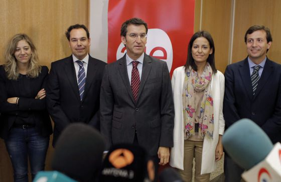 El presidente de la Xunta de Galicia y del PPdeG, Alberto Núñez Feijóo posa con los representantes Federación de Jóvenes Empresarios-AJE
