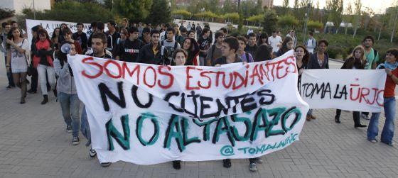 Estudiantes y profesores de la Universidad Rey Juan Carlos se manifiestan contra los recortes.