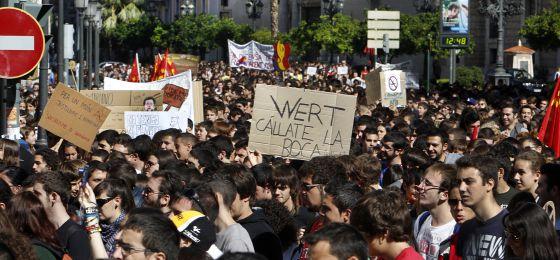 Miles de estudiantes concentrados este martes en la plaza del Ayuntamiento de Valencia.
