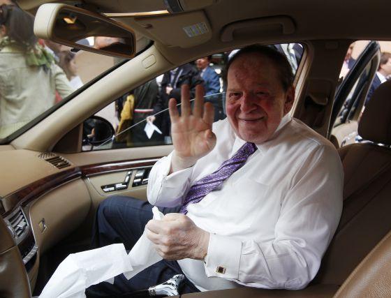 Sheldon Adelson antes de la rueda de prensa.