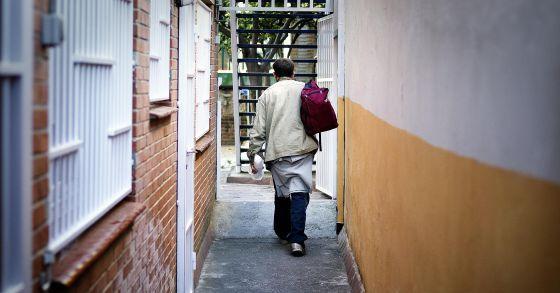 Un hombre sale de un comedor social hace unos meses en Barcelona