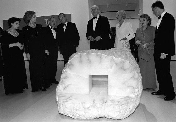 Ardanza, tercero por la izquierda, habla con el Rey en la inauguración del Guggenheim de Bilbao.