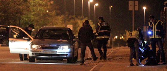 Agentes de policía inspeccionaban el pasado miércoles el Renault Laguna en cuyo interior se encontraba el cadáver de Óscar Fernández Garrido.