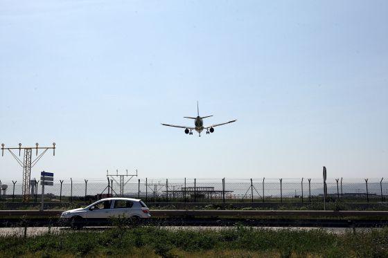 Un avión aterriza en el Aeropuerto de El Prat, Barcelona.