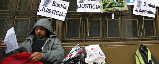Uno de los manifestantes frente a la sede de Bankia.