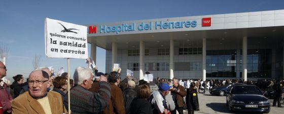 Manifestación frente al Hospital del Henares, en Coslada.