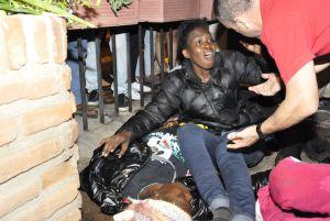 Dos de las inmigrantes que han llegado a Melilla en una patera, en la noche del jueves.