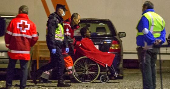 Un inmigrante, al llegar al puerto de Motril.