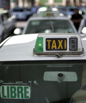 Fila de taxis para recoger clientes en la estación de Atocha.