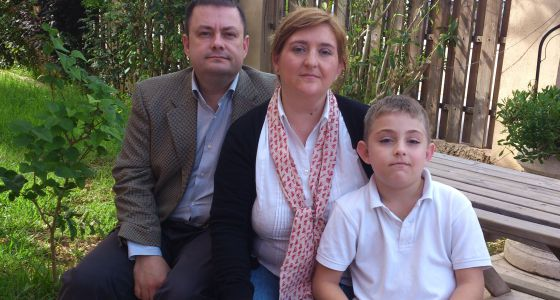 osé Monfort, afectado de síndrome hemolítico urémico atípico, junto a sus padres, Francisco y Mireya.
