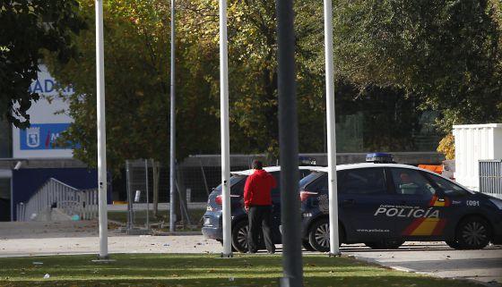 Varios coches de policía en la puerta del Madrid Arena.