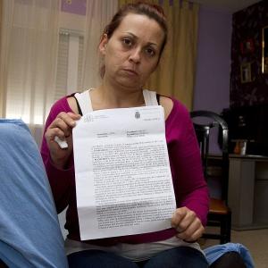 La madre de la joven agredida sexualmente muestra la denuncia.