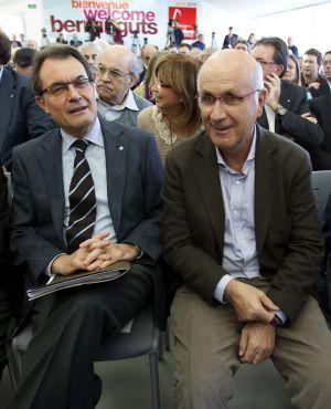 El presidente de la Generalitat y candidato, Artur Mas (i), junto a Josep Antoni Duran Lleida durante un acto en el Moll de Llevant de Barcelona, donde Mas ha presentado hoy su programa electoral.