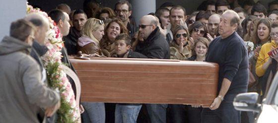 Decenas de personas en el entierro de Katia Esteban.