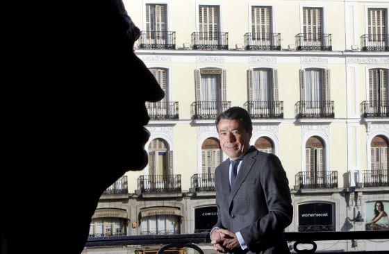 Ignacio González posa en un balcón de la sede del Gobierno regional, junto a un busto del rey Juan Carlos.
