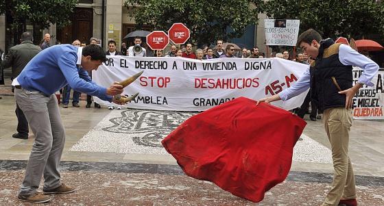 Protesta contra los desahucios organizada por el movimiento 15-M de Granada el pasado sábado.